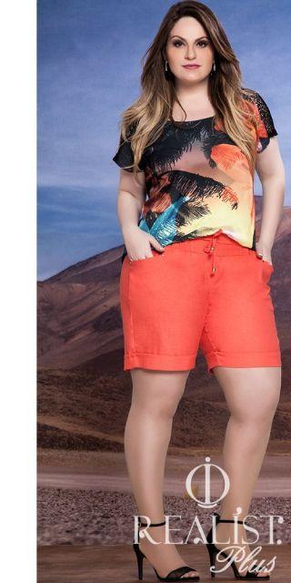 Shorts salmão e blusa estampada.