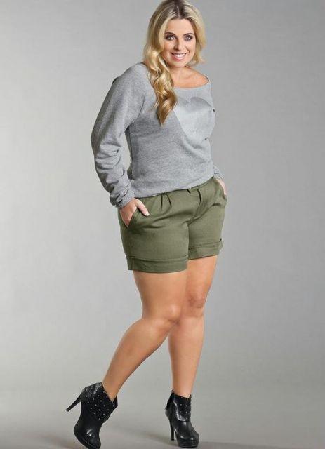 Shorts verde e blusa cinza.