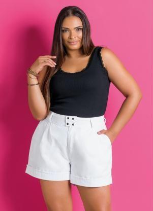 Shorts plus size branco combinado com regata preta.