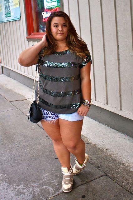 Shorts, blusinha e sneaker.