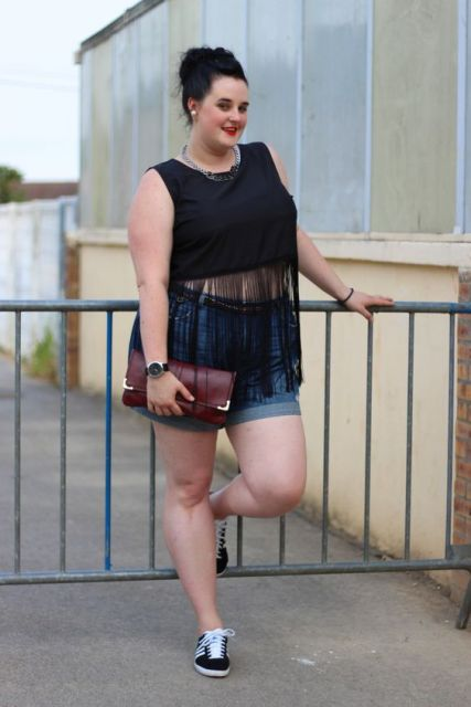 shorts jeans e blusa preta com franja.