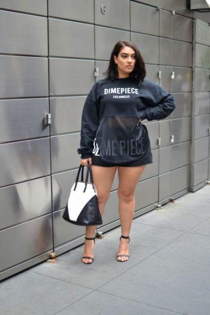 Shorts e blusa com transparência.