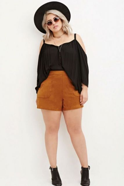 Shorts de camurça e blusa preta.