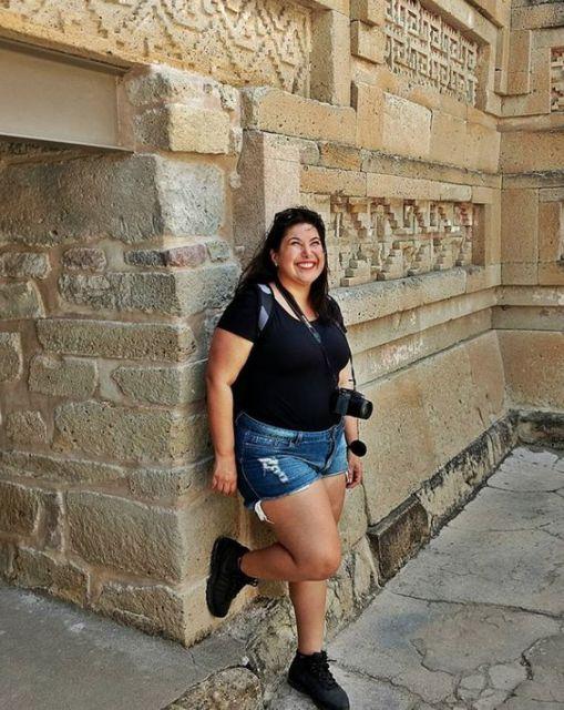Atriz Mariana Xavier com shorts jeans e camiseta preta.
