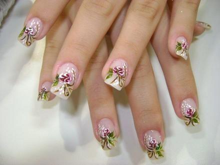 unha de francesinha decorada com francesinhas e flores cor de rosa.