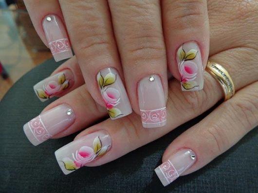 unha decorada com flores rosa com branco e folhinhas verdes.