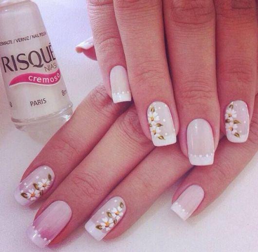 Unhas de francesinha branca com flores.