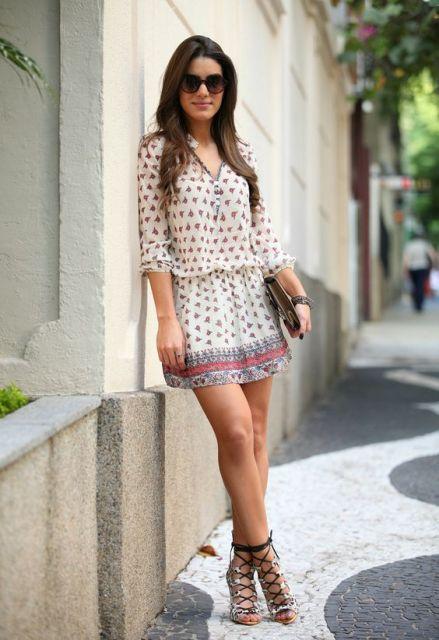 vestido curto com mangas