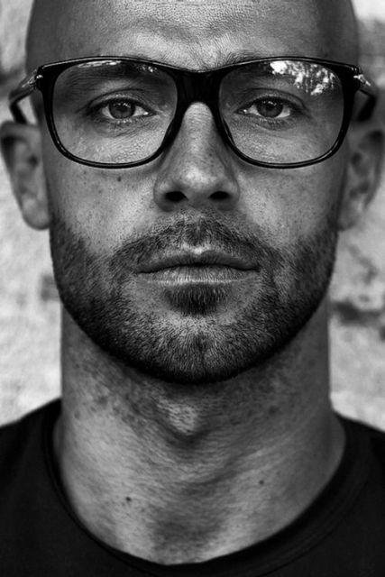 Foto de homem com barba em preto e branco.