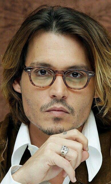 Johnny Depp com óculos tartaruga.