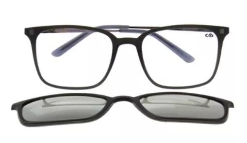 óculos com dois pares de lente, um de sol e um de grau.