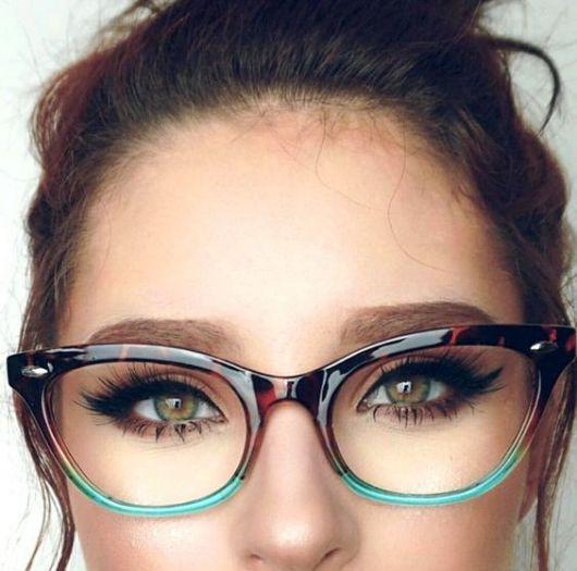 Mulher com óculos de grau verde e marrom.