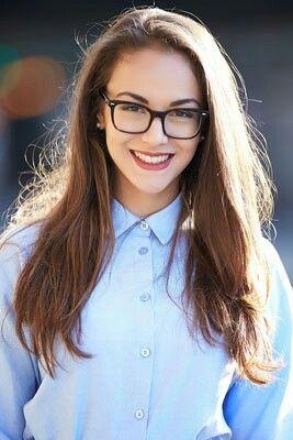 Mulher com camisa azul e óculos de grau.