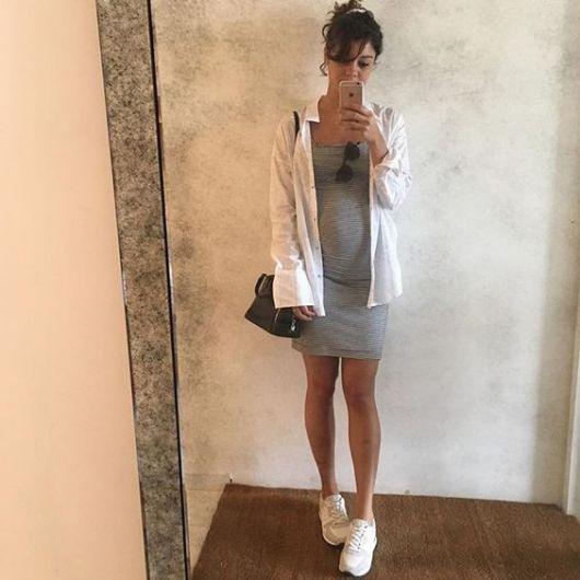 Sophie Charlotte com vestido cinza e camisa branca.