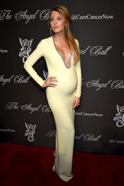 Blake Lively grávida, com vestido amarelo decotado.