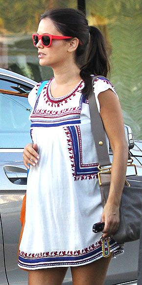 Rachel Bilson com vestido branco.