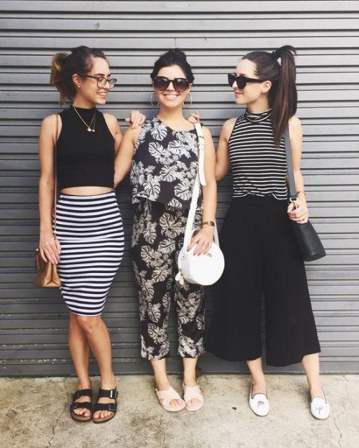 Foto de look de três blogueiras, com uma delas usando saia lápis listrada e cropped.