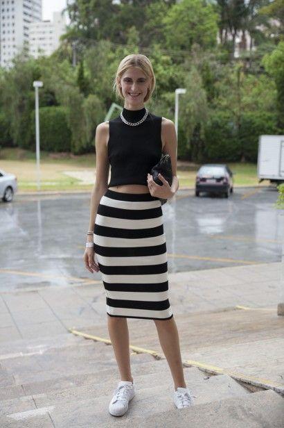 Look preto e branco com saia listrada e cropped.