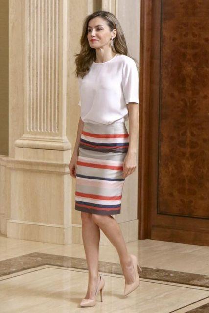 Rainha Letizia com saia lápis e blusa branca.
