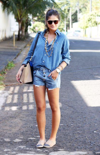 modelo usa short jeans, sapatilha, camisa jeans.