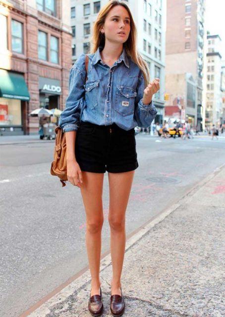 modelo usa short preto, camisa jeans feminina, sapato e bolsa caramelo.
