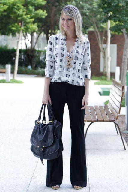 modelo usa calça preta social, camisa estampada e sapato de salto.