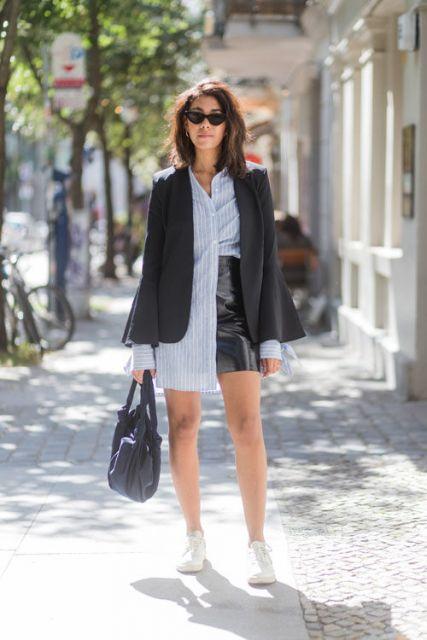 modelo usa saia preta, camisa, blazer e tenis.