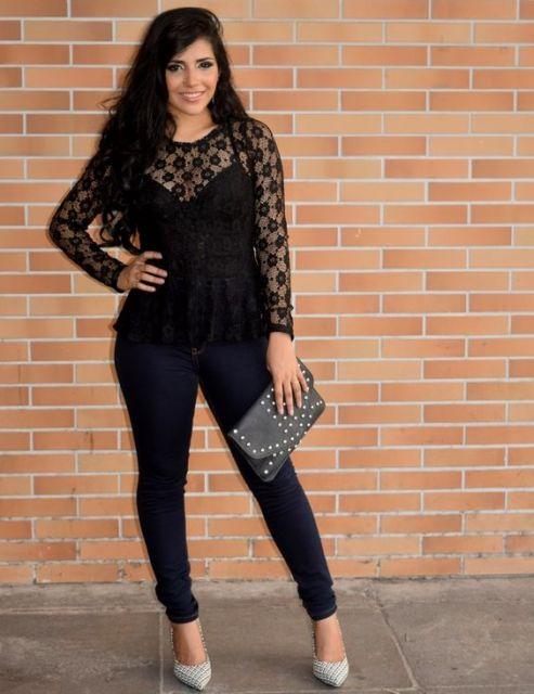 modelo usa calça preta, camisa preta feminina.