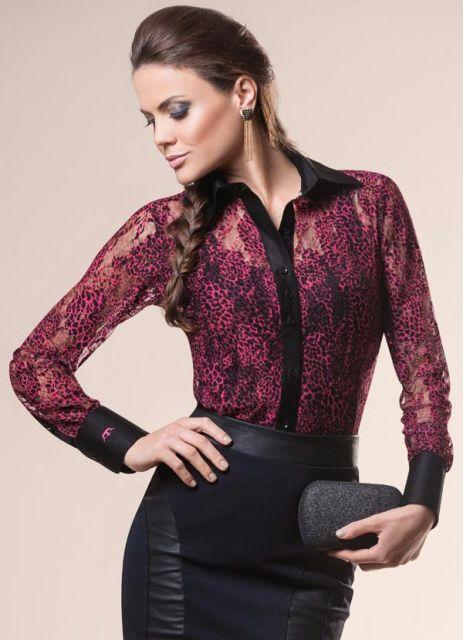 modelo usa saia preta, camisa bordo e bolsa.