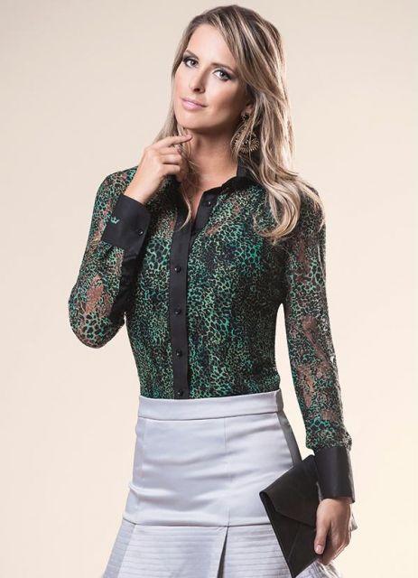 modelo usa saia cinza, camisa verde e bolsa preta.