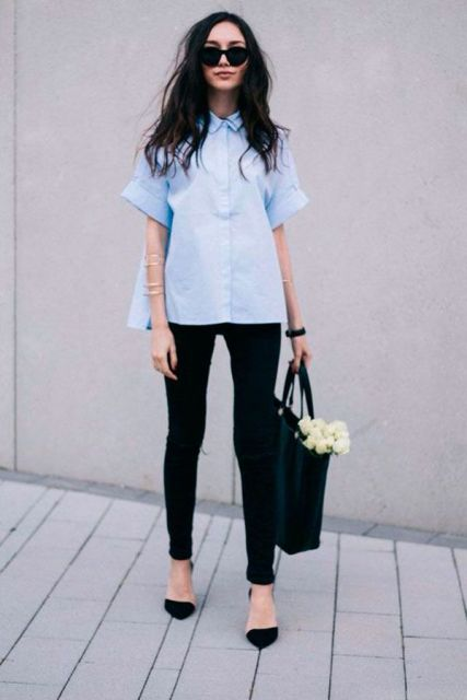 modelo usa calça preta, sapatilha preta e bolsa preta.