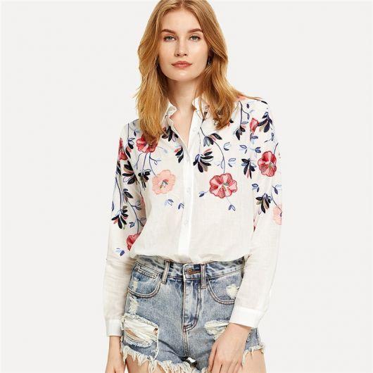 modelo usa short jeans, camisa bordada.