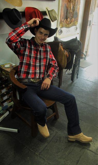 O look com camisa xadrez, jeans e bota é super convencional