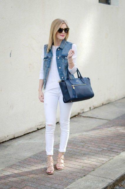 modelo usa calça branca, blusa branca, colete jeans, bolsa e sapatilha.
