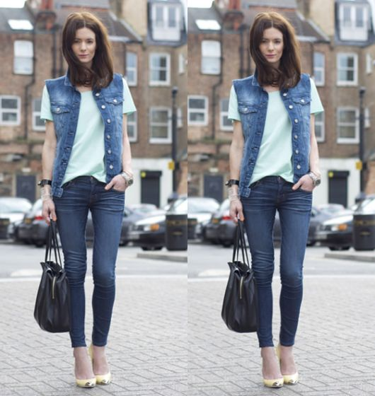 modelo usa calça jeans, camiseta branca, colete e scarpin.