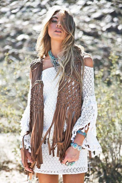 modelo usa vbestido branco ombro a ombro branco com colete de franjas.