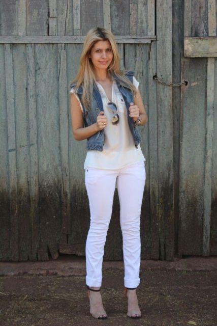 modelo usa calça branca, blusa, colete jeans e botinha.