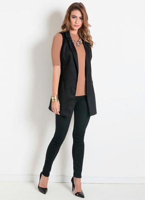 modelo usa calça preta, colete, blusa nude e scarpin preto.