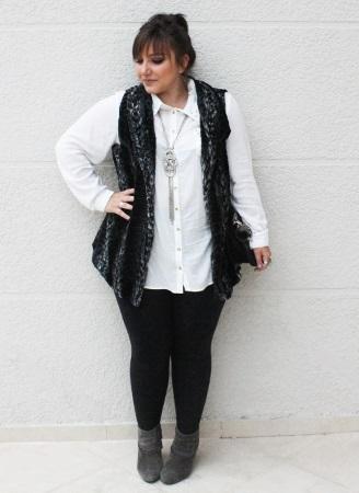modelo usa corsario preta, blusa branca, colete de pelos e sapato preto.