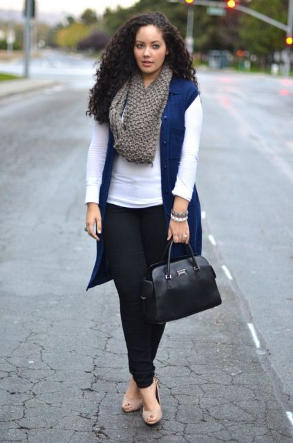 modelo usa calça preta, blusa branca, colete jeans, cachecol e sapato nude.