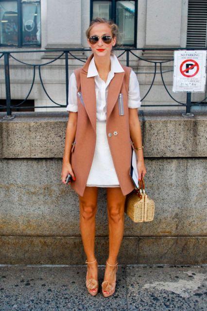 colete social feminino bege com vestido branco