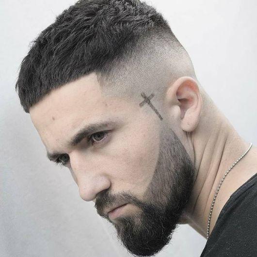 Definitivamente, unir o corte de cabelo com a barba é uma ótima ideia para valorizar o visual