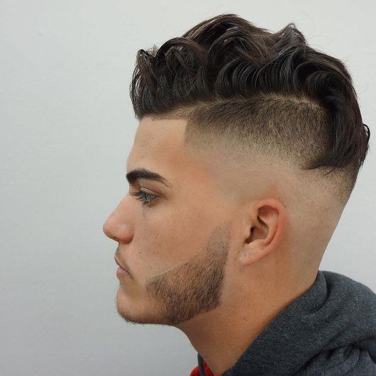 O topo avolumado combina muito bem com o efeito sombreado e a barba desenhada