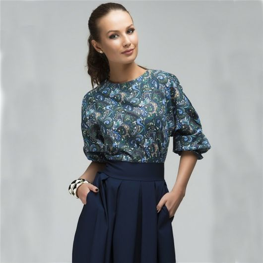 looks elegantes com saia midi e blusa estampada