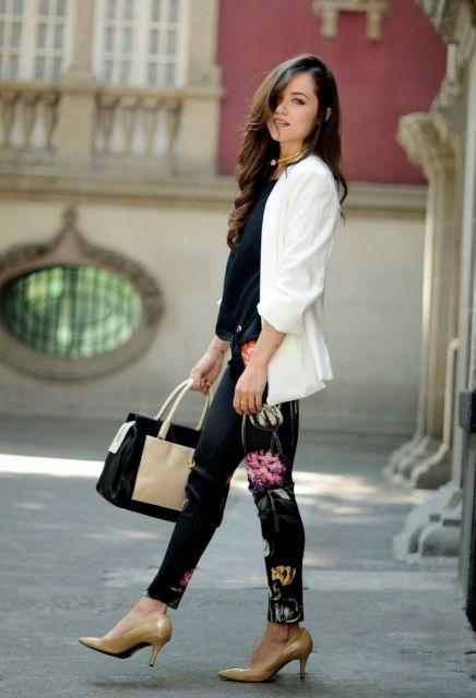 looks elegantes com casaco e calça estampada