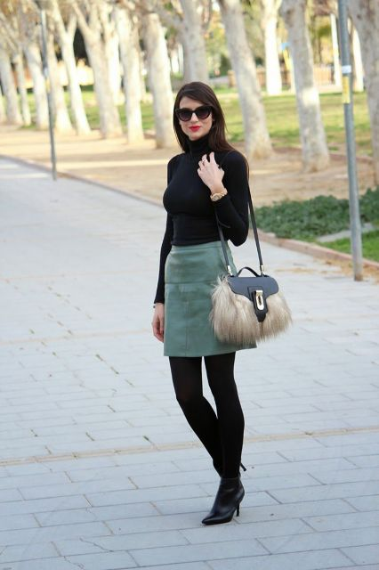 looks elegantes com blusa preta gola alta
