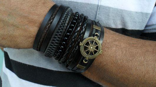 Mix com várias pulseiras pretas de diferentes estilos
