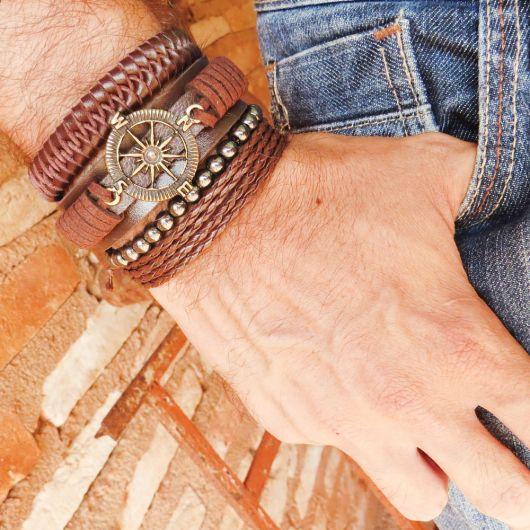 Mix de pulseiras em um estilo náutico no detalhe de metal