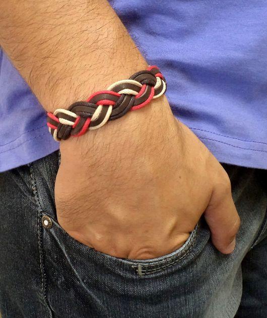 Trançado em marrom, branco e vermelho