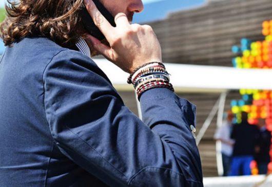 As pulseiras de couro se destacam em meio ao mix de acessórios